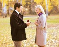 Amour, couples, relations et concept d'engagement - équipez la proposition Image libre de droits