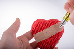 Amour d'Ä°njecting dans le coeur Images libres de droits