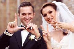 AMOUR d'écriture de jeunes mariés avec leurs doigts Photos libres de droits