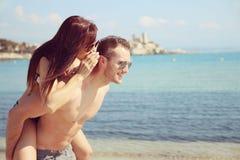 Amour d'été - couplez le sourire sur la plage Photographie stock libre de droits