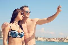 Amour d'été - jeune couple prenant un selfie Image stock