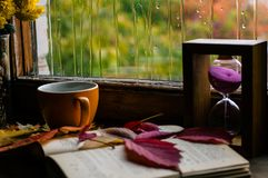 Amour d'automne pour le café et aux livres Photo stock