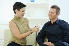 amour d'enclenchement de couples Images libres de droits