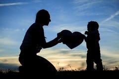 Amour d'enfant de mère Image stock