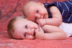 Amour d'enfant de mêmes parents Photos stock