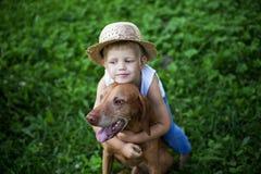 Amour d'enfant son chien Photos libres de droits