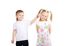 Amour d'enfants. Couples de petits enfants Image stock