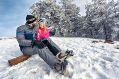 Amour d'hiver - couplez apprécier des vacances d'hiver ensemble sur Image libre de droits