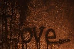 Amour d'inscription au verre humide foncé Photographie stock