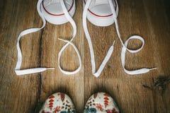 Amour d'inscription avec des dentelles sur des chaussures Valentine& original x27 ; concept d'amour de jour de s fond en bois d'é Photos stock