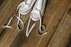 Amour d'inscription avec des dentelles sur des chaussures Valentine& original x27 ; concept d'amour de jour de s fond en bois d'é Image libre de droits