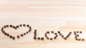 Amour d'inscription avec des grains de café Photos stock