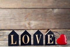 Amour d'inscription avec le coeur rouge Images libres de droits