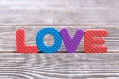 Amour d'inscription des lettres volumineuses sur un fond en bois Images libres de droits