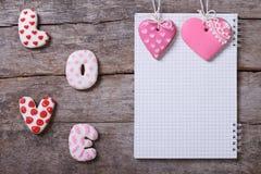 Amour d'inscription et deux coeurs roses des biscuits Photographie stock