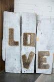 Amour d'inscription sur de vieux conseils en bois Image libre de droits