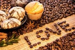 Amour d'inscription sur une table en bois avec le plat des biscuits de chocolat arrosés avec du sucre en poudre, et sur le bea de Photographie stock