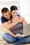 amour d'ordinateur portatif de couples d'ordinateur utilisant Photographie stock libre de droits