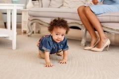 Amour d'une mère et d'un bébé Famille à la maison lifestyle image stock