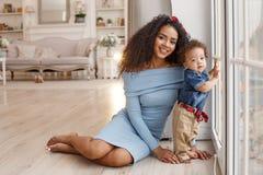 Amour d'une mère et d'un bébé Famille à la maison lifestyle photos stock