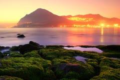 Amour dans la côte brumeuse avant aube Photos libres de droits