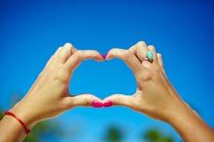 Amour dans le ciel dans des mains Photos libres de droits