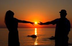 Amour dans le coucher de soleil Photos stock