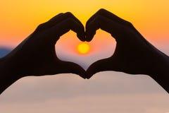 Amour dans le coucher du soleil à la mer Photos libres de droits