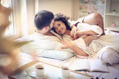 Amour dans le lit Jeunes couples Photographie stock