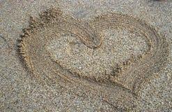Amour dans le sable de mer Photos libres de droits
