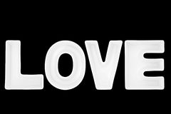 Amour dans les lettres blanches de porcelaine Photographie stock