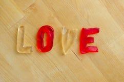 Amour dans les lettres gommeuses Images stock