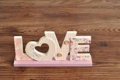 Amour dans les lettres roses Photos stock