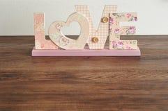 Amour dans les lettres roses Photographie stock libre de droits