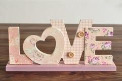 Amour dans les lettres roses Photo libre de droits