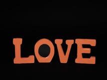 Amour dans les lettres rouges Image stock