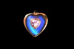 Amour dans un bijou en forme de coeur Photographie stock libre de droits