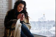Amour de attente de belle fille se reposant sur le wrappe de rebord de fenêtre Images libres de droits