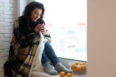 Amour de attente de belle fille se reposant sur le wrappe de rebord de fenêtre Image libre de droits