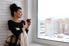 Amour de attente de belle fille se reposant sur le wrappe de rebord de fenêtre Image stock