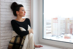 Amour de attente de belle fille se reposant sur le wrappe de rebord de fenêtre Photos libres de droits