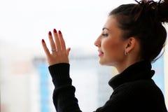 Amour de attente de fille se reposant sur le rebord de fenêtre enveloppé dans un bla Photo libre de droits
