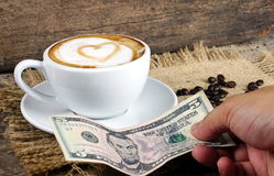 Amour de café avec des coeurs sur le lait, art de café de Latte Photo stock