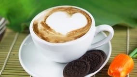 Amour de café avec des coeurs sur le lait, art de café de Latte Photo libre de droits