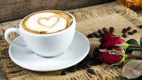 Amour de café avec des coeurs sur le lait, art de café de Latte Photographie stock