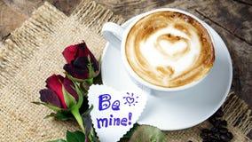 Amour de café avec des coeurs sur le lait, art de café de Latte Image stock