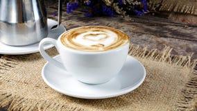 Amour de café avec des coeurs sur le lait, art de café de Latte Photos stock