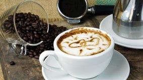 Amour de café avec des coeurs sur le lait, art de café de Latte Image libre de droits