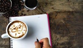 Amour de café avec des coeurs sur le lait, art de café de Latte Photos libres de droits