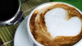 Amour de café avec des coeurs sur le lait, art de café de Latte Photographie stock libre de droits